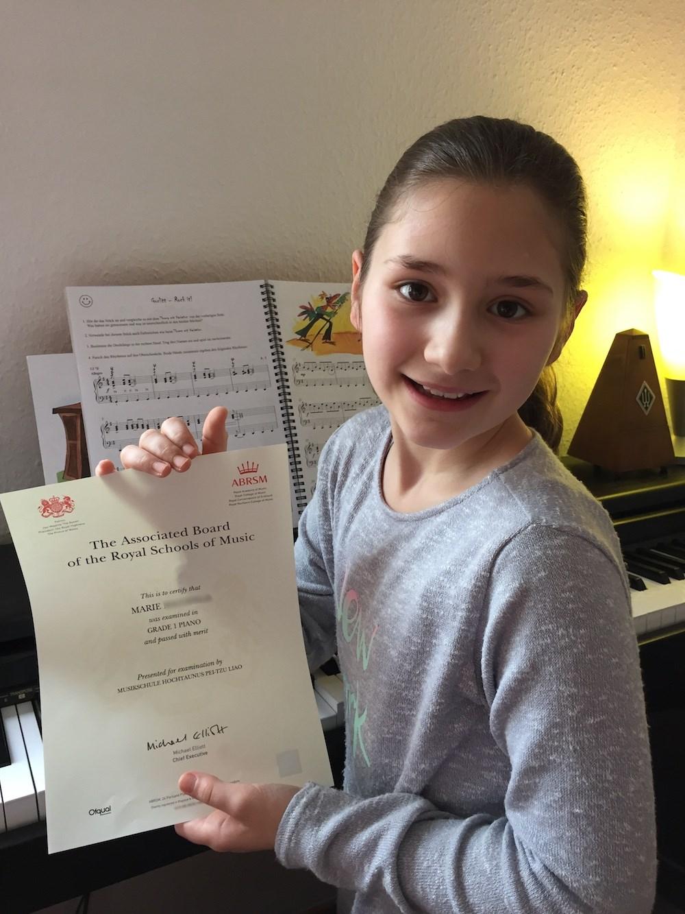 Klavierschülerin Marie (9 Jahre) – ABRSM-Prüfung mit Auszeichnung bestanden